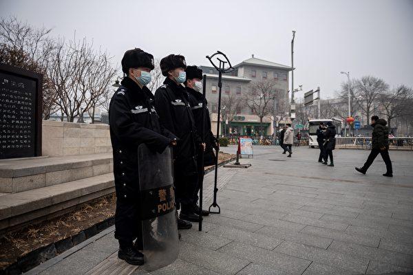 中共兩會之際,北京連續陰霾天。圖為3月5日北京人民大會堂附近,可見陰霾天氣狀況。(NICOLAS ASFOURI/AFP via Getty Images)