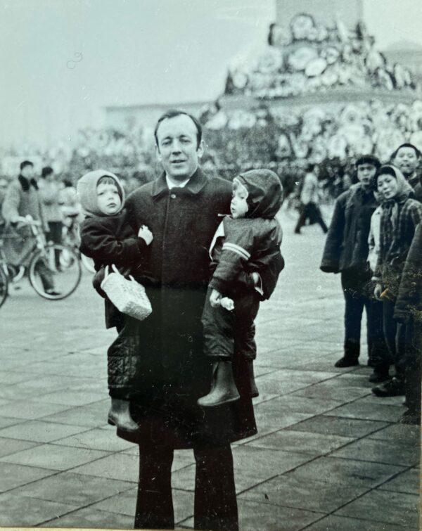 1976年,蓋思德與兩個女兒在中國的合照。(羅傑蓋思德提供)