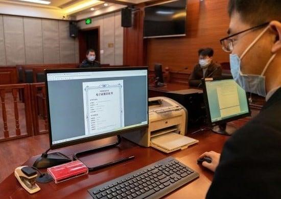 2020年丹東法院工作人員正在使用區塊鏈技術在司法系統內的應用試點項目「司法鏈」。(大紀元)