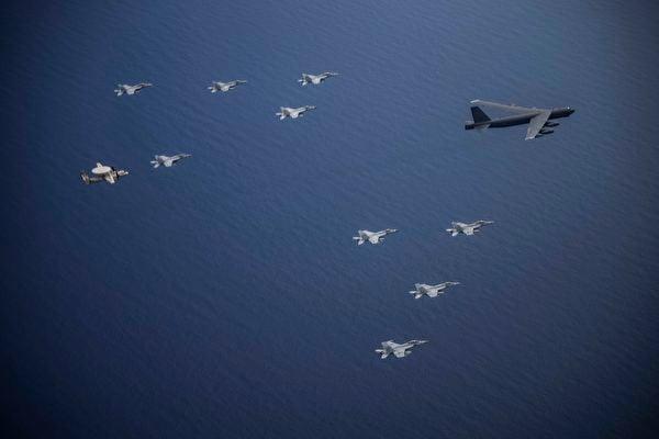 2020年7月7日, 從美國本土起飛的一架B-52轟炸機,與尼米茲航母艦載機在南中國海共同演練。(美國印太司令部)