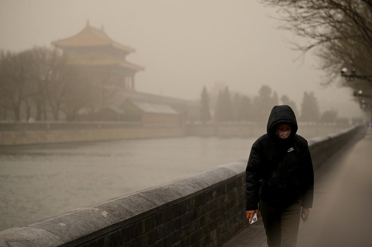 3月15日,北京市被漫天黃沙籠罩,空氣污染已達嚴重污染水平。(WANG ZHAO/AFP via Getty Images)