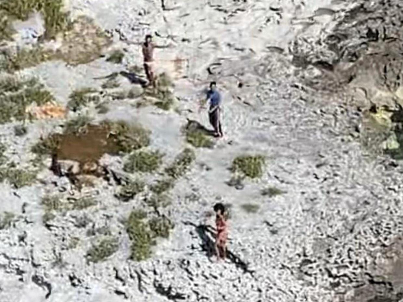 一張航拍照片顯示,2021年2月8日,三人被困在巴哈馬的安圭拉礁(Anguilla Cay)島。(美國海岸警衛隊)