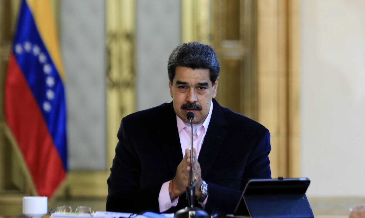 2020年3月26日委內瑞拉總統尼古拉斯·馬杜羅(Nicolas Maduro)在加拉加斯的米拉弗洛雷斯總統府舉行的電視轉播中發表講話。(Photo by JHONN ZERPA/Venezuelan Presidency/AFP via Getty Images)