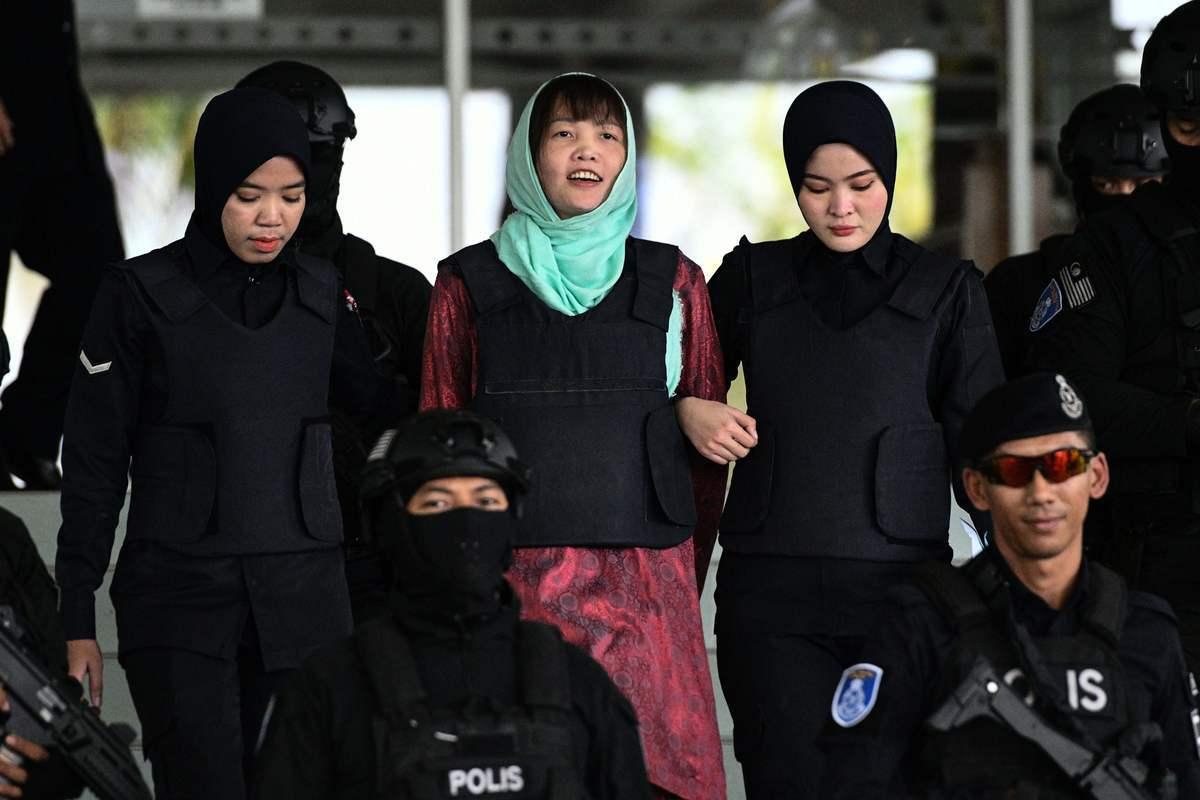 馬國法官於周一(4月1日)以傷害罪判處金正男命案女嫌段氏香3年4個月監禁服刑。圖為2019年4月1日段氏香在警察的押送下,走出馬國莎阿南(Shah Alam)的高級法院。(MOHD RASFAN/AFP/Getty Images)