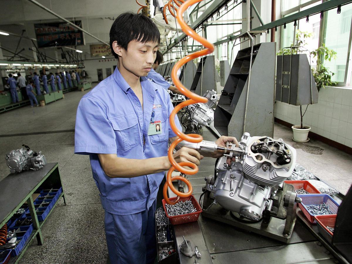 11月份中國官方製造業採購經理人指數(PMI)降至50榮枯線,有分析認為,今年四季度和明年一季度中國經濟將面臨更大下行壓力。圖為工人正在組裝一個引擎。(LIU JIN/AFP/Getty Images)