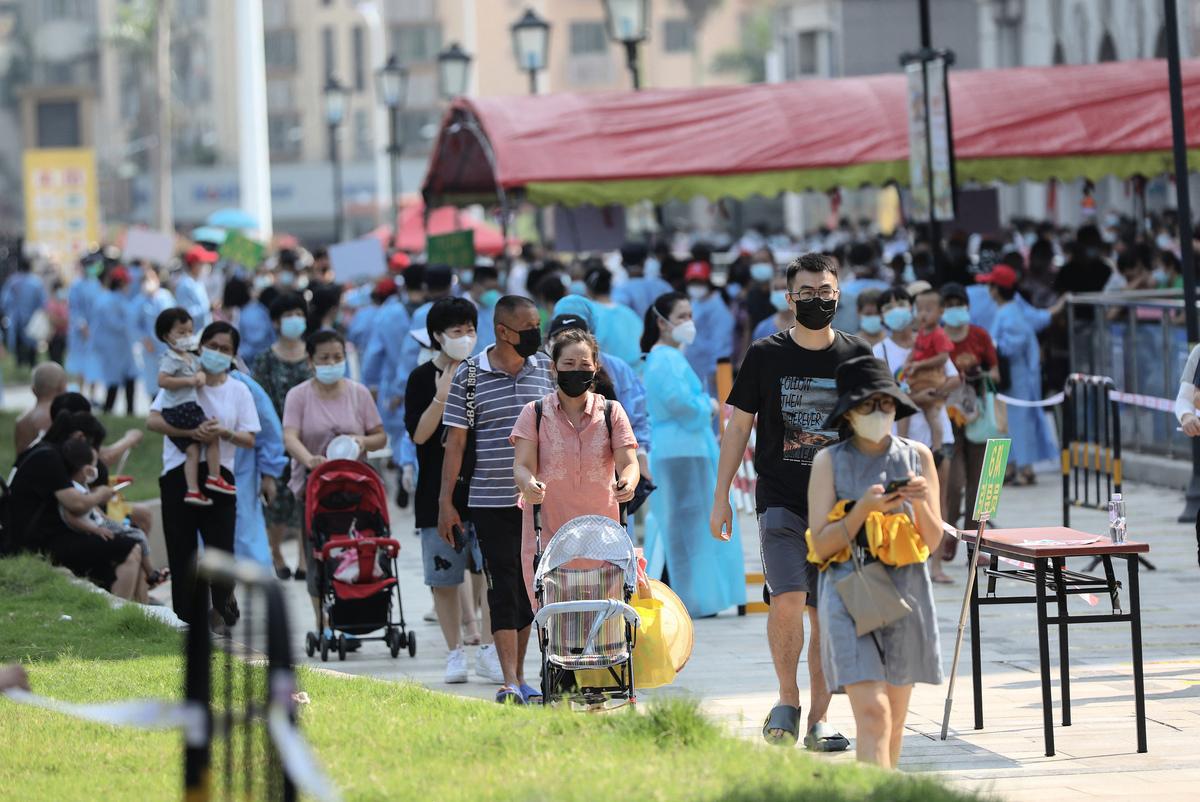 2021年9月14日,中國福建省廈門市,COVID-19(中共病毒、新冠病毒)疫情延燒,市民正排隊等候核酸檢測。(STR/AFP via Getty Images)