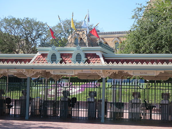 關閉的迪士尼樂園大門。(李梅/大紀元)