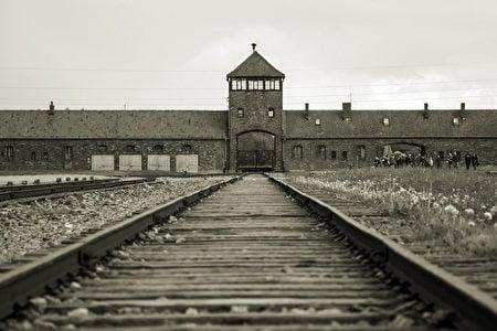 通往波蘭奧斯威辛-比克瑙集中營的鐵道入口。(CL-Medien/Shutterstock)