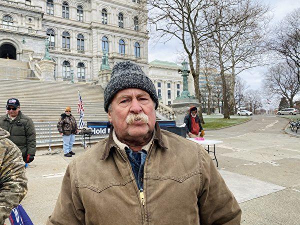 12月26日,紐約州首府奧爾巴尼(Albany)州府議會大廈(East Capitol Park)前,多位民眾揭露中共罪行,圖為民眾Bill。(大紀元/李桂秀)