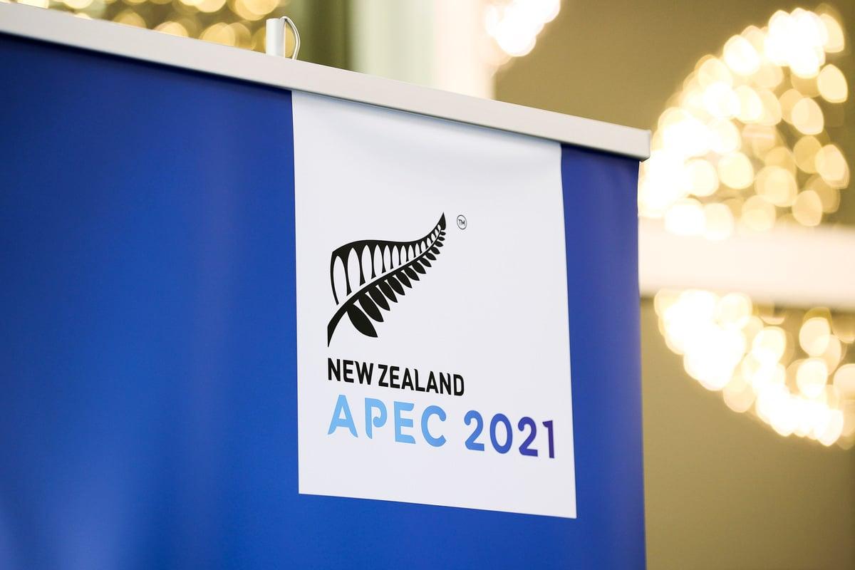 2021年7月16日,在紐西蘭威靈頓的Majestic Centre中心,亞太經合組織非正式領導人會議期間展示的亞太經合組織標誌。(Hagen Hopkins/Getty Images)