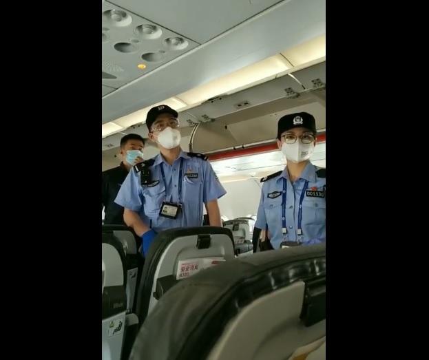 重慶三公民搭機前往天津,被天津濱海機場公安攔截,目前何艷、宴祥菊母女失聯。(影片截圖)