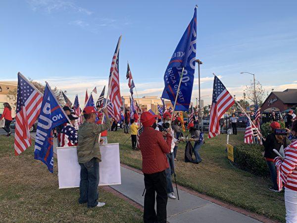 圖為12月6日,加州上百位選民在橙縣約巴琳達市(Yorba Linda)舉行的挺特集會。(姜琳達/大紀元)