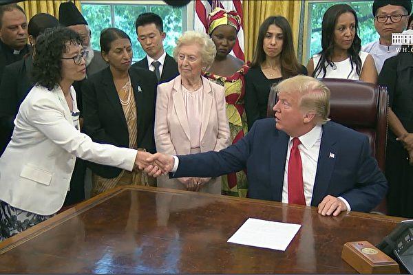 美國總統特朗普2019年7月17日下午在白宮與來自中國、土耳其、北韓、伊朗和緬甸在內的17個國家的宗教迫害倖存者會面,其中包括法輪功學員張玉華(左一)。(白宮影片截圖)