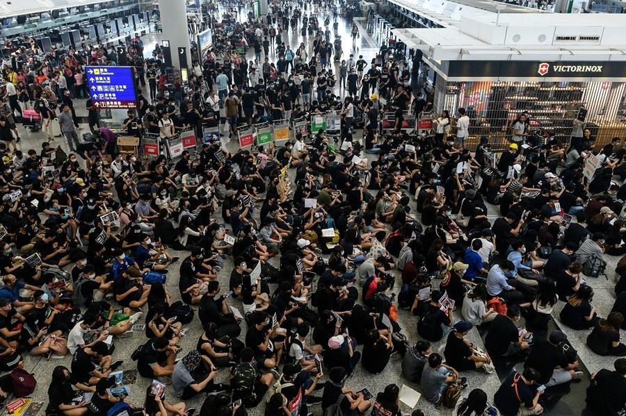 【8.13反送中】港人機場再集會抗議 被疑臥底公安引眾怒