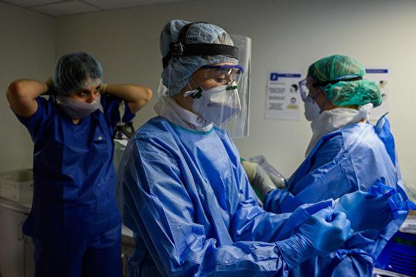 在巴西布拉斯科公司於美國賓州德拉瓦縣(Delaware County, Pennsylvania)設立的工廠,有超過40名工人連續工作28天,以趕製生產防護裝備所需的原料。圖為2020年4月17日,波蘭一所醫院的醫生和護士在穿戴防護裝備。(Omar Marques/Getty Images)
