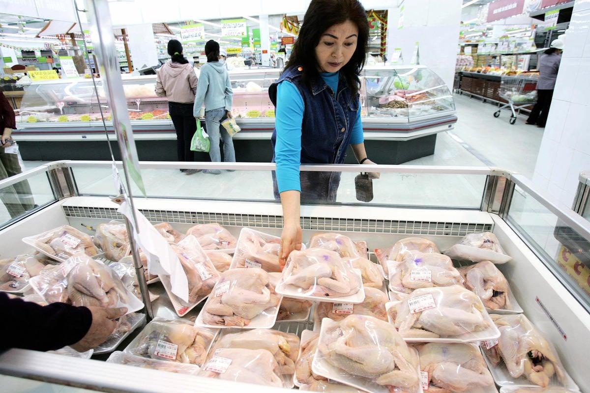 美國疾病控制和預防中心(CDC)近日發推文提醒消費者,在家料理生雞肉時「不要洗」,因為在清洗過程可能會讓生雞肉上的細菌,散播到其它食物或㕑房器具上。(HOANG DINH NAM/AFP/Getty Images)