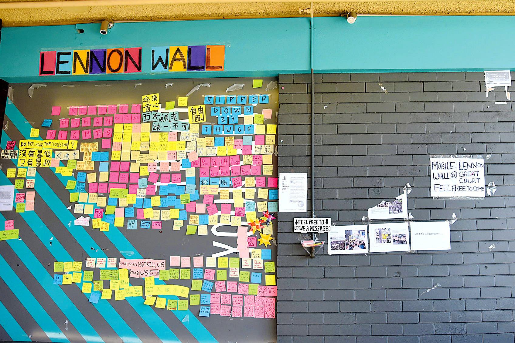 8月9日,昆士蘭大學被毀壞的連儂牆。右邊是被撕毀和剩下的一點信息。(楊裔飛/大紀元)