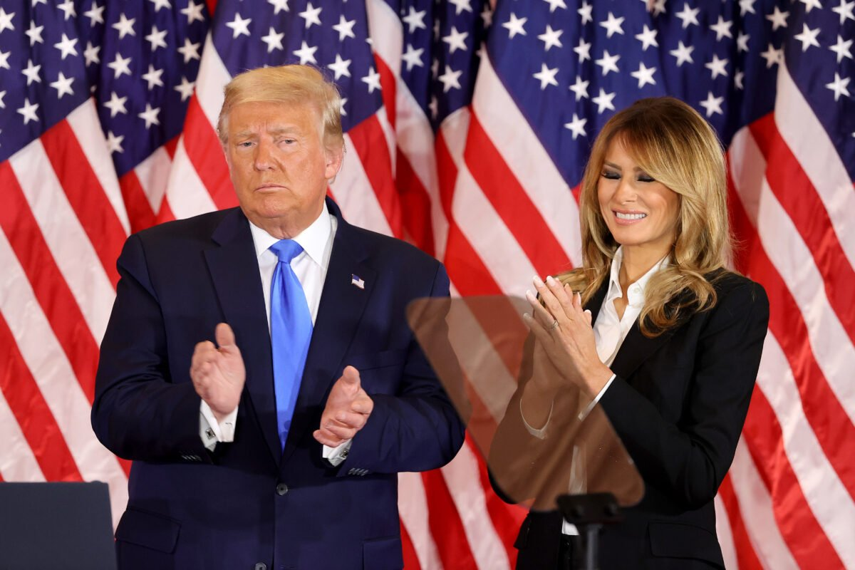 2020年11月4日,華盛頓特區。凌晨2點剛過,特朗普總統攜第一夫人梅拉尼婭‧特朗普在白宮東廳發表選舉之夜講話。(Chip Somodevilla/Getty Images)