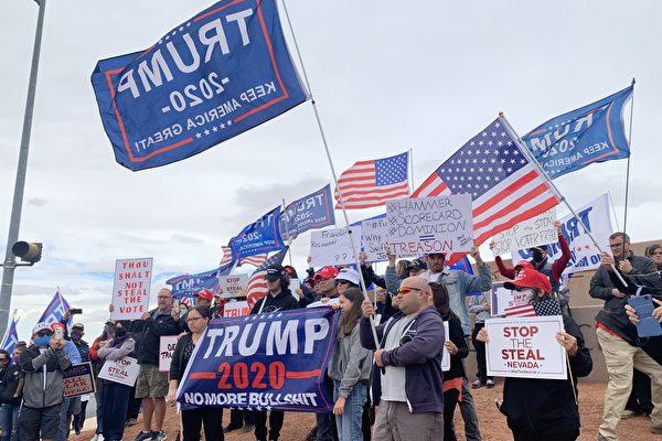 內華達州克拉克縣(Clark County)選民們在選舉辦公室前舉行「停止竊取選票」(Stop the Steal)集會。(姜琳達/大紀元)