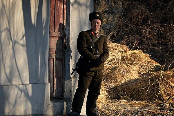 北韓核武問題一直備受國際關注。圖為2013年12月16日,一名北韓士兵於鴨綠江岸邊站哨。(MARK RALSTON/AFP)