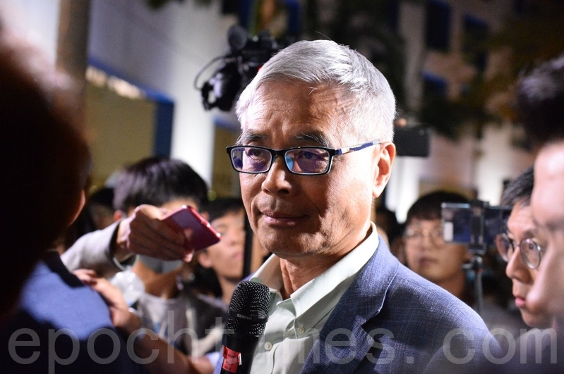 2019年11月4日,香港科大生為避催淚彈致墜樓,生命危殆,學生會發起集會打氣。學生包圍校長促校長跟進調查。(宋碧龍/大紀元)