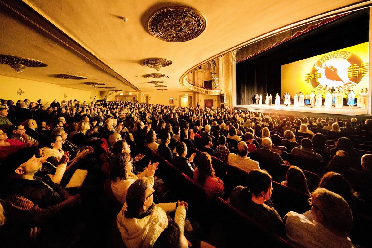 圖為2018年3月4日美國神韻北美藝術團在美國康州斯坦福派雷斯劇院(Palace Theater)演出,傾倒全場觀眾。(戴兵/大紀元)