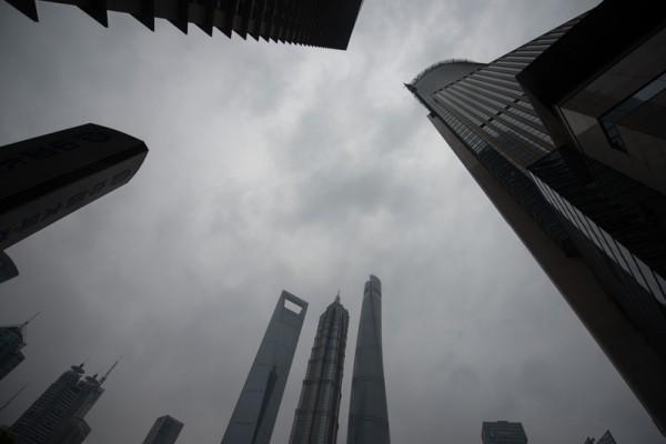 近期習近平當局的反腐直指「上海幫」。圖為上海陸家嘴金融區一景。(JOHANNES EISELE/AFP/Getty Images)