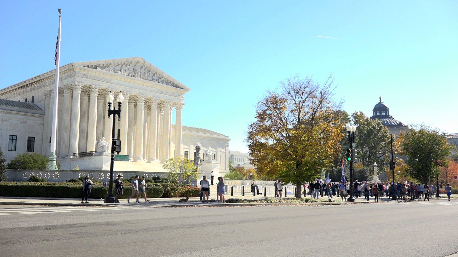 2020年11月7日,美國大華府地區上名百民眾,在美國聯邦最高法院前集會,要求「停止竊選」,呼籲高院做出正確裁決。(方明/大紀元)