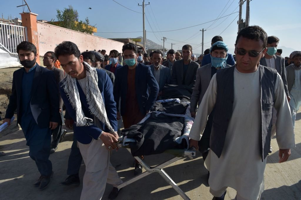 阿富汗首都發生爆炸,造成大量死傷。(WAKIL KOHSAR/AFP via Getty Images)