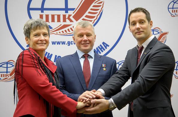 圖為11月16日法國太空人托馬斯.佩斯凱(Thomas Pesquet)(右)在俄羅斯與美國太空人佩吉・惠斯頓(Peggy Whitson)(左)和 俄羅斯太空人Oleg Novitskiy合照。(Bill Ingalls/NASA via Getty Images)