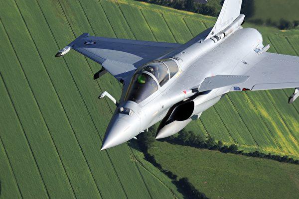 7月29日,五架來自法國的飆風戰機飛抵印度安巴拉空軍基地。這是印度購買36架飆風戰機中的前五架,所有戰機計劃於2021年底前交付。圖為資料照( BORIS HORVAT/AFP via Getty Images)