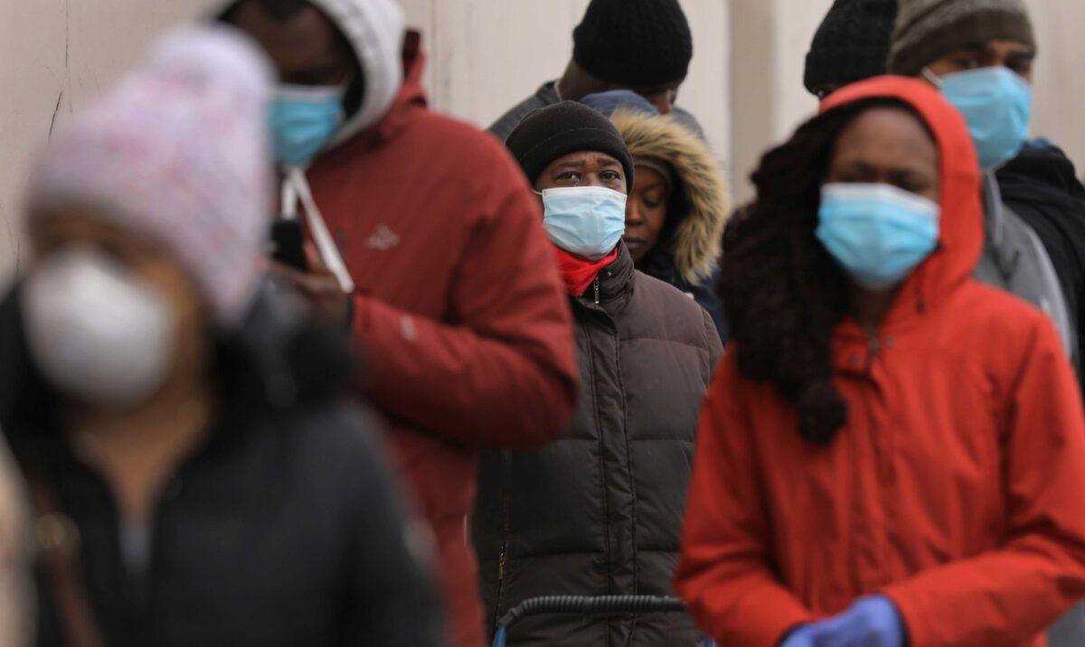 2020年4月10日,人們在紐約市布魯克林區排隊等候進入一家超市,該超市由於中共病毒肆虐而限制購物者數量。(Spencer Platt/Getty Images)