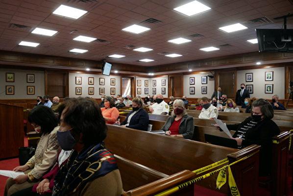2021年3月23日晚,美國維珍尼亞州斯波特夕法尼亞縣(Spotsylvania County)通過一項決議案,強烈譴責中共迫害法輪功,並強烈譴責中共強摘法輪功學員器官。圖為會議現場。(李辰/大紀元)