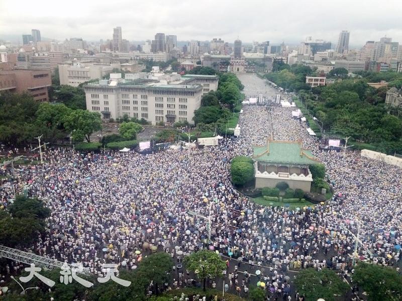 真正能夠決定兩岸關係走向的不是中共政權,而是兩岸民意、正義的浪潮。圖為2019年6月23日下午在台灣總統府前凱達格蘭大道登場,大批台灣民眾冒雨參加反紅色媒體遊行。(大紀元)