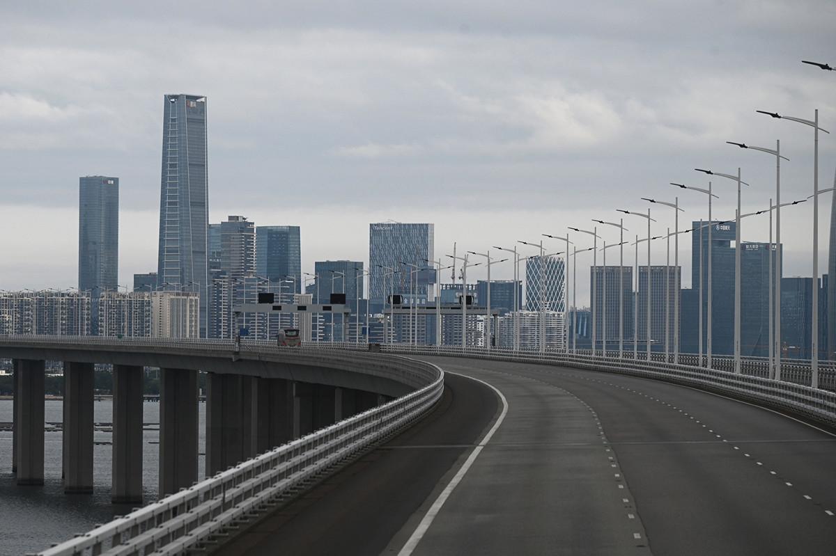2月8日從深圳灣公路大橋上看到的深圳一隅。 (Philip FONG/AFP)