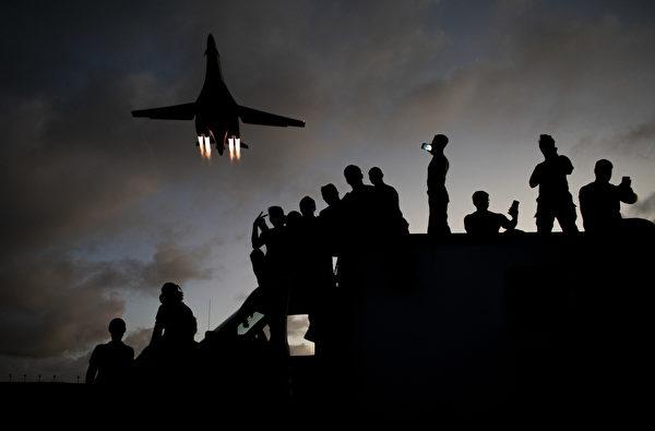 2020年5月21日,一架B-1B轟炸機從關島安德森空軍基地的技師頭頂飛過。過去的一個月裏,部署在關島的B-1B轟炸機中隊完成了多項訓練任務。(美國空軍)