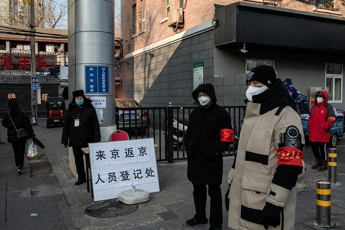 北京現一例中共肺炎確診病例,該患者係武漢監獄刑滿釋放人員,已在當地確診,2月22日回北京。圖為北京一居民小區的入口處。(Photo by NICOLAS ASFOURI/AFP via Getty Images)
