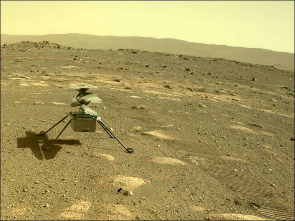 2021年4月5日,美國太空總署(NASA)宣佈,「創新號」(Ingenuity)迷你火星直升機已順利落在火星表面,準備展開首次歷史性飛行。圖為4月4日,毅力號拍攝火星上的創新號直升機。(NASA/JPL-Caltech)
