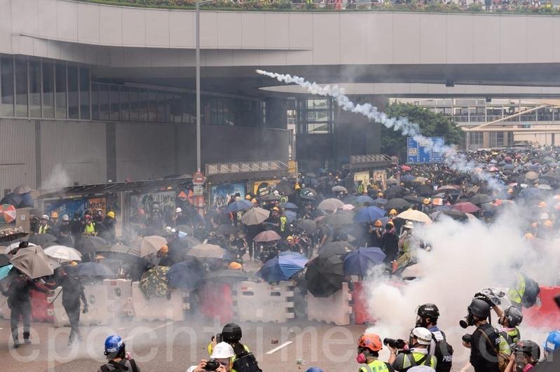 港人8月31日發起不同形式的活動,繼續抗議。圖為是中共駐港軍營前警方依舊瘋狂發射催淚彈,抗議者依舊將催淚彈扔進軍營,並未退卻。(宋碧龍/大紀元)