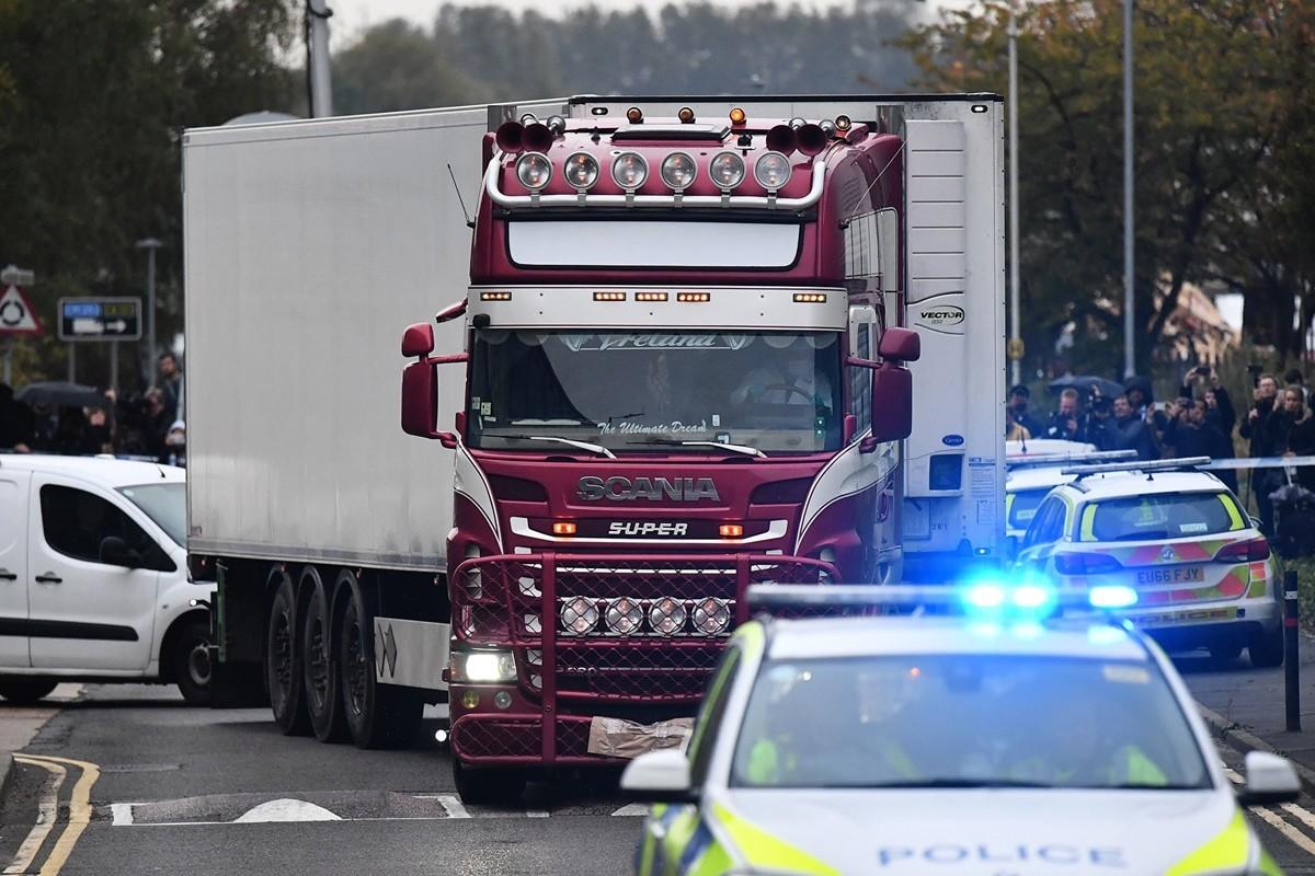 10月23日,英國警察發現貨櫃車中有39具屍體,震驚英國。(BEN STANSALL/AFP via Getty Images)