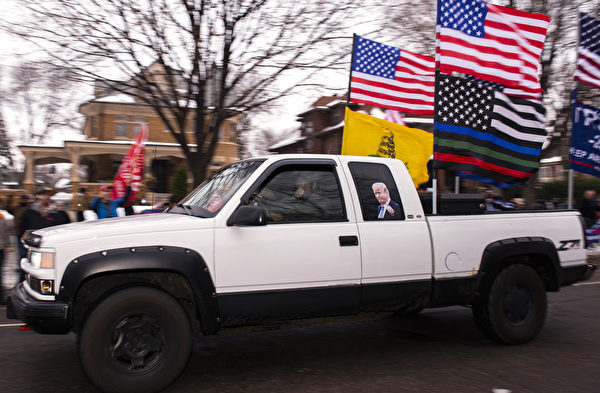 2020年11月14日,在緬因州聖保羅,一輛懸掛美國國旗和貼有特朗普頭像的汽車行經州長官邸前,表達支持特朗普總統。(Stephen Maturen/Getty Images)