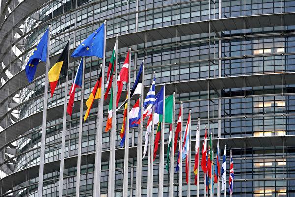 位於法國史特拉斯堡的歐洲議會大樓前的各歐盟成員國國旗。(Thomas Niedermueller/Getty Images)