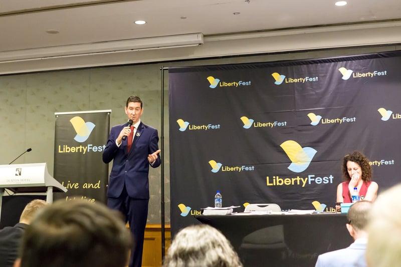 2019年3月9日,西澳企業家哈奇森應邀在保守人士舉辦的自由節日(LibertyFest)會議上演講,介紹法輪功學員反對中共專制迫害的抗爭,他還曝光中共對澳洲的滲透,正在傷害澳洲人的價值——自由與民主。(周鑫/大紀元)