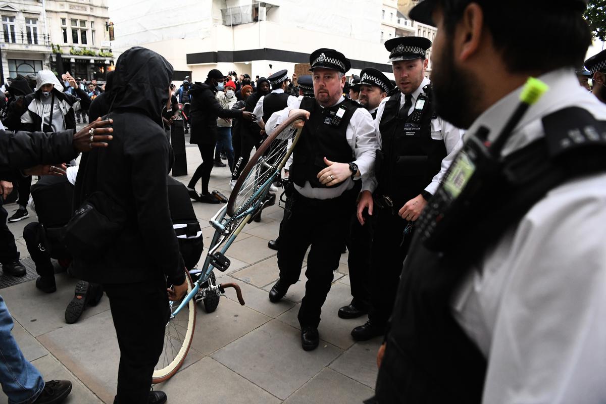 圖為非裔男子喬治・弗洛伊德(George Floyd)的死所引發的抗議活動現場。(DANIEL LEAL-OLIVAS/AFP)