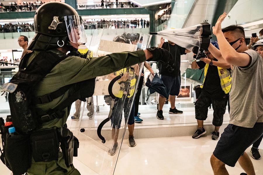【新聞看點】港警受8拷問 誰釀流血衝突?