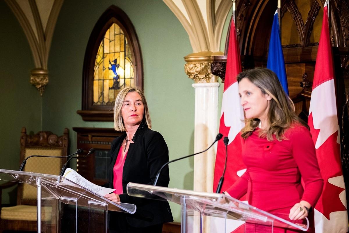 周六(8月17日),歐盟外交和安全政策高級代表費德麗卡‧莫蓋里尼(左)和加拿大外長方慧蘭(右)發表聯合聲明,支持維護香港的自由和自治。(MARTIN OUELLET-DIOTTE/AFP/Getty Images)