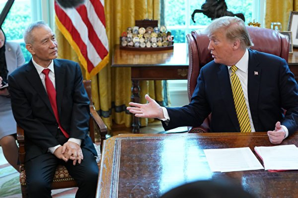 圖為2019年4月4日,美國總統特朗普在白宮接見中共副總理劉鶴。 (Chip Somodevilla/Getty Images)