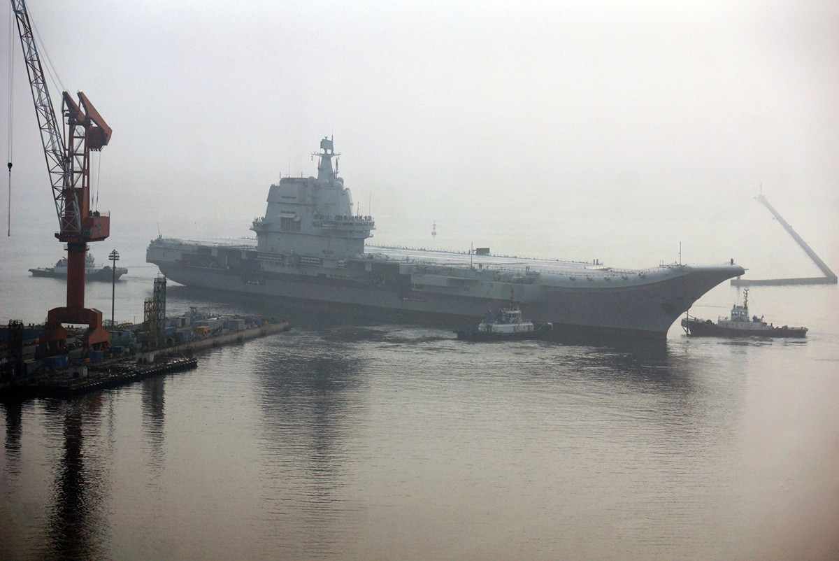中共首艘自製航母「001A型」有燃料補給問題。如果不重新加油,它只能在海上出勤6天。圖為2018年5月13日,該航母駛離大連碼頭,開展首次海試。(VCG/VCG via Getty Images)