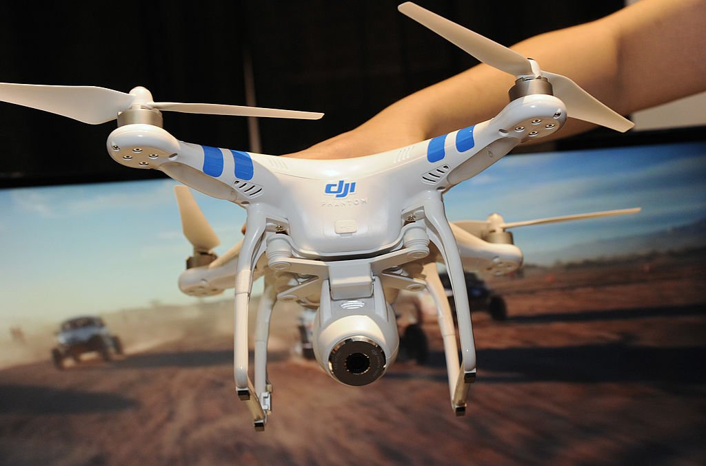 網絡研究科學家拉尼爾·沃特金斯表示,經過測試發現大疆無人機確實存在漏洞,外人不僅可以提取機上信息,甚至可以劫持無人機。圖為示意圖。(Robyn Beck/AFP/Getty Images)