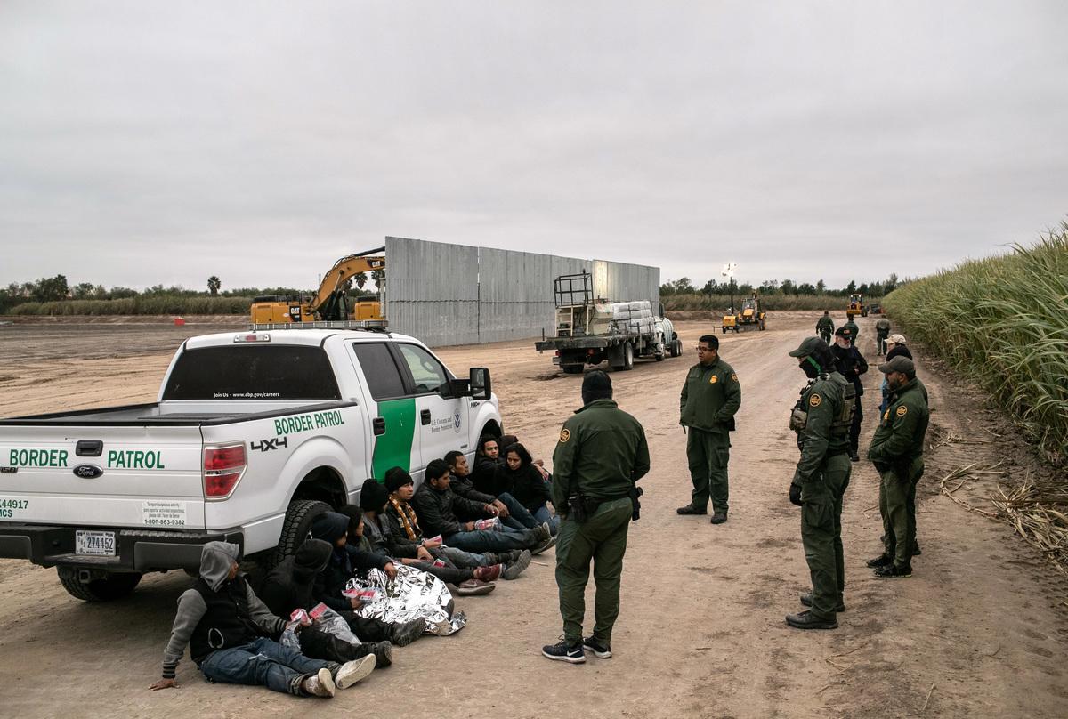 圖為2019年12月11月,執法人員在德州邊境附近抓捕的非法移民。(John Moore/Getty Images)